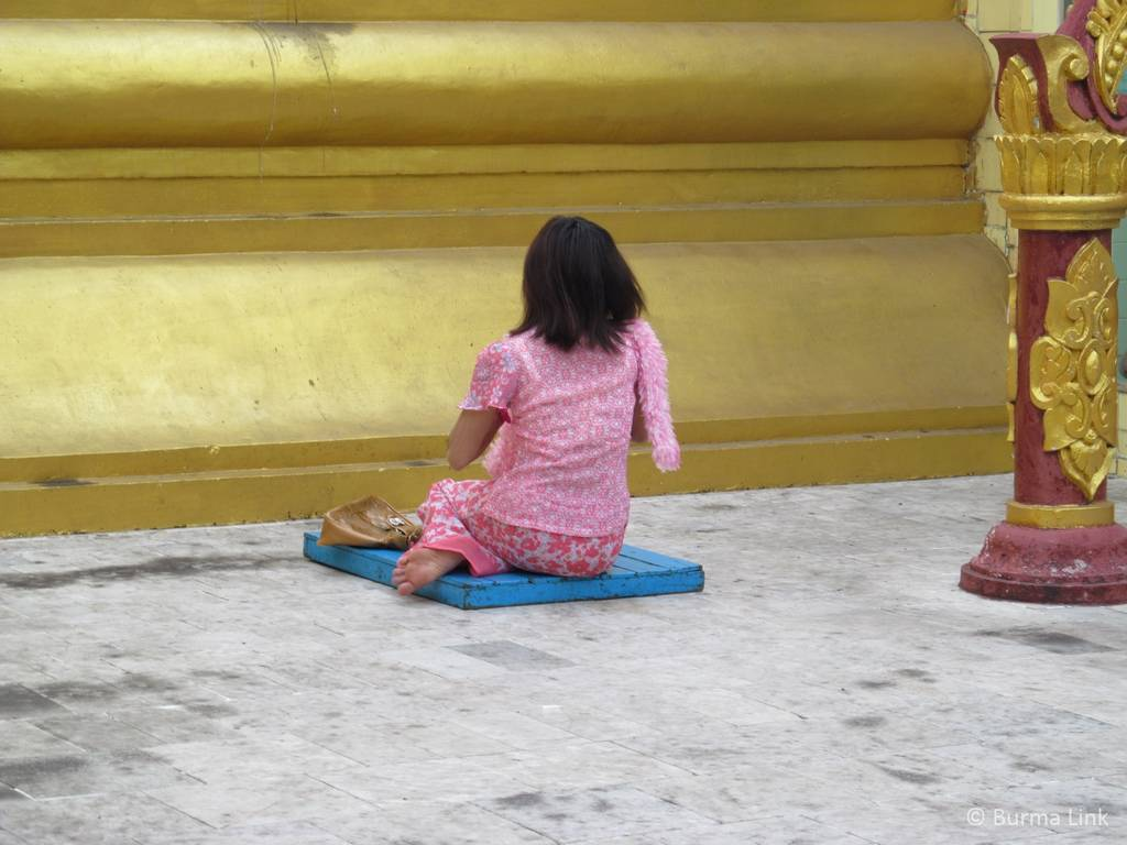 Woman-praying-in-Sula-Pagoda