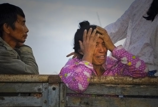 FBR file photo: A woman weeps as villagers flee Nam Lim Pa IDP camp, which became unsafe to stay at when Burma Army troops entered the camp in November 2013. (Photo: 2013)