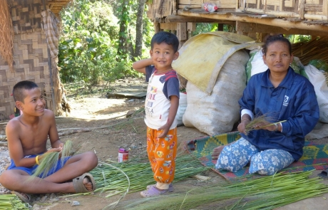 IDP woman and children_burma link